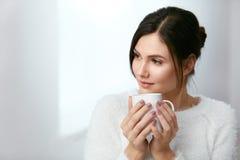 drink Härlig kvinna som dricker te från koppen royaltyfri foto