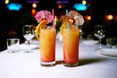 drink i exponeringsglas som står på tabellen arkivfoton