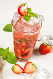 Drink jordgubbedundersuccé fotografering för bildbyråer