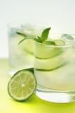 Drink med limefrukt och mintkaramellen arkivbild