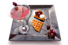 Drink med syrliga skivor för körsbär Arkivbilder
