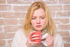 Drink meer vloeistof van de hand doen koude Drinkend overvloedsvloeistof belangrijk voor het verzekeren van snelle terugwinning v stock afbeeldingen