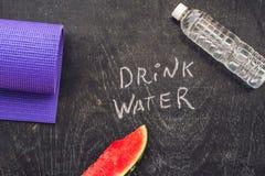 Drink meer water - hydratieherinnering - handschrift op een schoolbord Stock Afbeeldingen