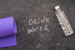 Drink meer water - hydratieherinnering - handschrift op een schoolbord Stock Afbeelding