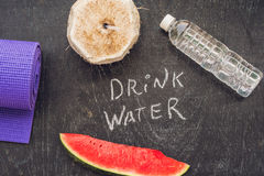 Drink meer water - hydratieherinnering - handschrift op een schoolbord Royalty-vrije Stock Foto's
