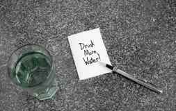Drink meer watertekst op document nota Royalty-vrije Stock Fotografie