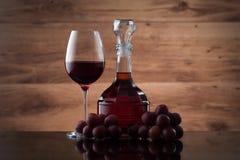Drink och mat Vinglas, karaff av vin och röda druvor royaltyfri bild