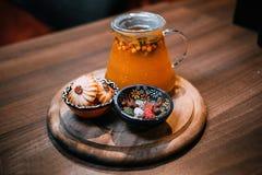 Drink och sötsaker på tabellen royaltyfria foton