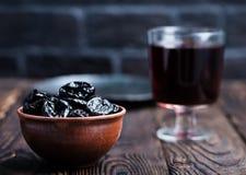 Drink och torra plommoner royaltyfri fotografi