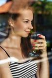 Drink water Glimlachend vrouwen drinkwater Dieet Gezonde Levensstijl stock afbeelding