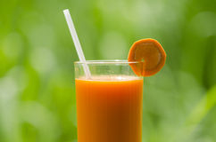 Drink wortelsap voor zich het Verfrissen Royalty-vrije Stock Afbeelding