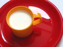 drinka trochę mleka Obrazy Royalty Free