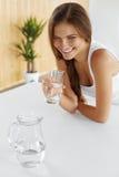 drinkar dricka lyckligt vatten för flicka Sjukvård Sund livsstil arkivfoton