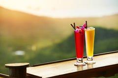 drinkar Exotiska coctailar i lyxig stång Thailand på bakgrund Arkivfoto