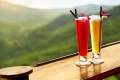 drinkar Exotiska coctailar i lyxig stång Thailand på bakgrund Royaltyfri Fotografi