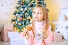 Drinkar för liten unge mjölkar och äter havremjölkakor Conc frukost Fotografering för Bildbyråer