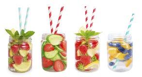 Drinkar från jordgubbar, blåbär, apelsin, gurka Royaltyfria Bilder