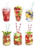 Drinkar från jordgubbar, blåbär, apelsin, gurka Arkivbilder