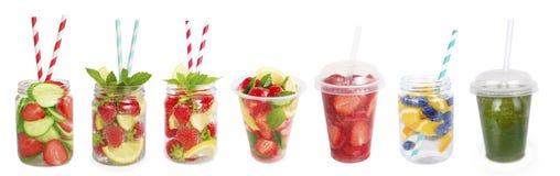 Drinkar från jordgubbar, blåbär, apelsin, gurka Arkivfoton