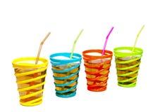 Drinkar i exponeringsglas med sugrör Arkivbild