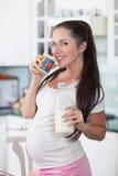 drinkar mjölkar gravid kvinna Royaltyfria Bilder