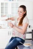 drinkar mjölkar gravid kvinna Royaltyfri Foto