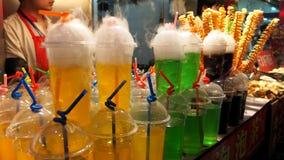 Drinkar och coctailar på den Wangfujing mellanmålgatan Royaltyfri Foto