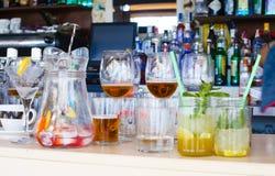Drinkar och tomma exponeringsglas Royaltyfria Foton