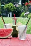 Drinkar och vattenmelon Royaltyfria Bilder