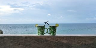 Drinkar på stranden Arkivbild