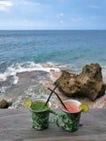 Drinkar på stranden royaltyfri foto