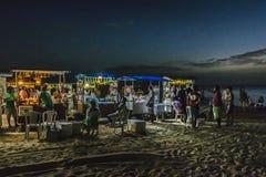 Drinkar står på stranden på natten Jericoacoara Brasilien Royaltyfri Fotografi