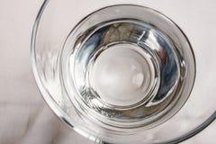 Drinkbaar water in glaskop op lijst royalty-vrije stock afbeelding