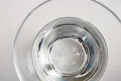 Drinkbaar water in glaskop op lijst stock foto's