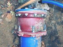 Drinkbaar water het door buizen leiden met 300mm wagalid stock fotografie