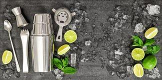 Drinkdanande bearbetar ingredienscoctailen Mojito Caipirinha royaltyfria bilder