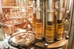 Drinken bevattnar buteljerar produktion fodrar Arkivbild