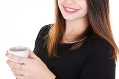 Drinken för Closeupaffärskvinnan rånar te för kopp för vitt kaffe för kaffehåll arkivbild