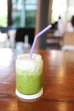 Drinken för grönt te av förkylning mjölkar på tabellen Fotografering för Bildbyråer