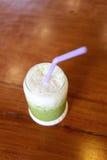 Drinken för grönt te av förkylning mjölkar på tabellen Royaltyfria Foton