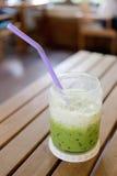 Drinken för grönt te av förkylning mjölkar på tabellen Royaltyfri Bild