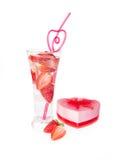 Drinken för valentinjordgubbeklubban med sugrör- och hjärtagåvan boxas Royaltyfri Bild