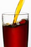Drinken hällde in i ett exponeringsglas royaltyfri bild