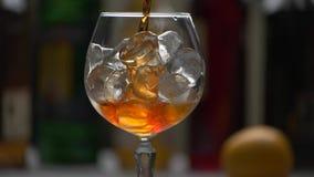 Drinken häller långsamt in i exponeringsglas stock video