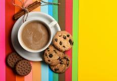 Drinken med koffein eller kakao med mjölkar Kaffe på färgrik positiv bakgrund, bästa sikt Koppen kaffe med mjölkar eller royaltyfria bilder