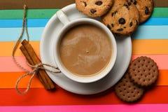 Drinken med koffein eller kakao med mjölkar Kaffe på färgrik positiv bakgrund, bästa sikt ta för man för avbrottskaffebegrepp Kop fotografering för bildbyråer