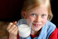 drinken mjölkar Royaltyfria Bilder