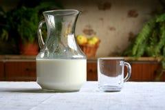 drinken mjölkar Arkivbilder