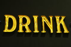 drinken tänder neontecknet Arkivbild