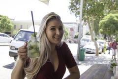 Drinken upp, behandla som ett barn - dockan Royaltyfri Foto